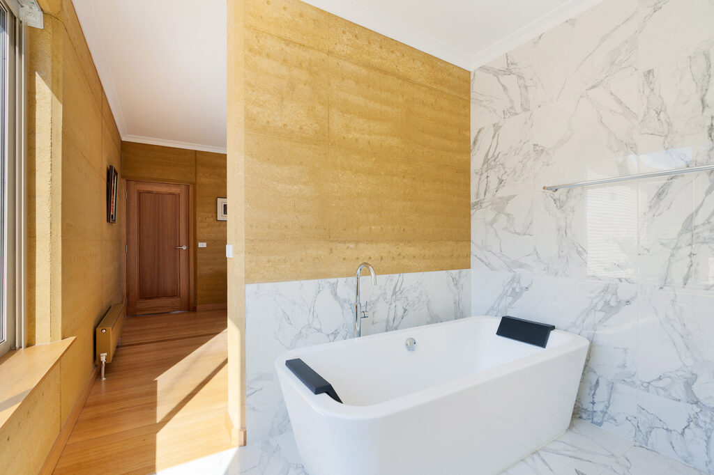 internal-rammed-earth-feature-wall-bathroom